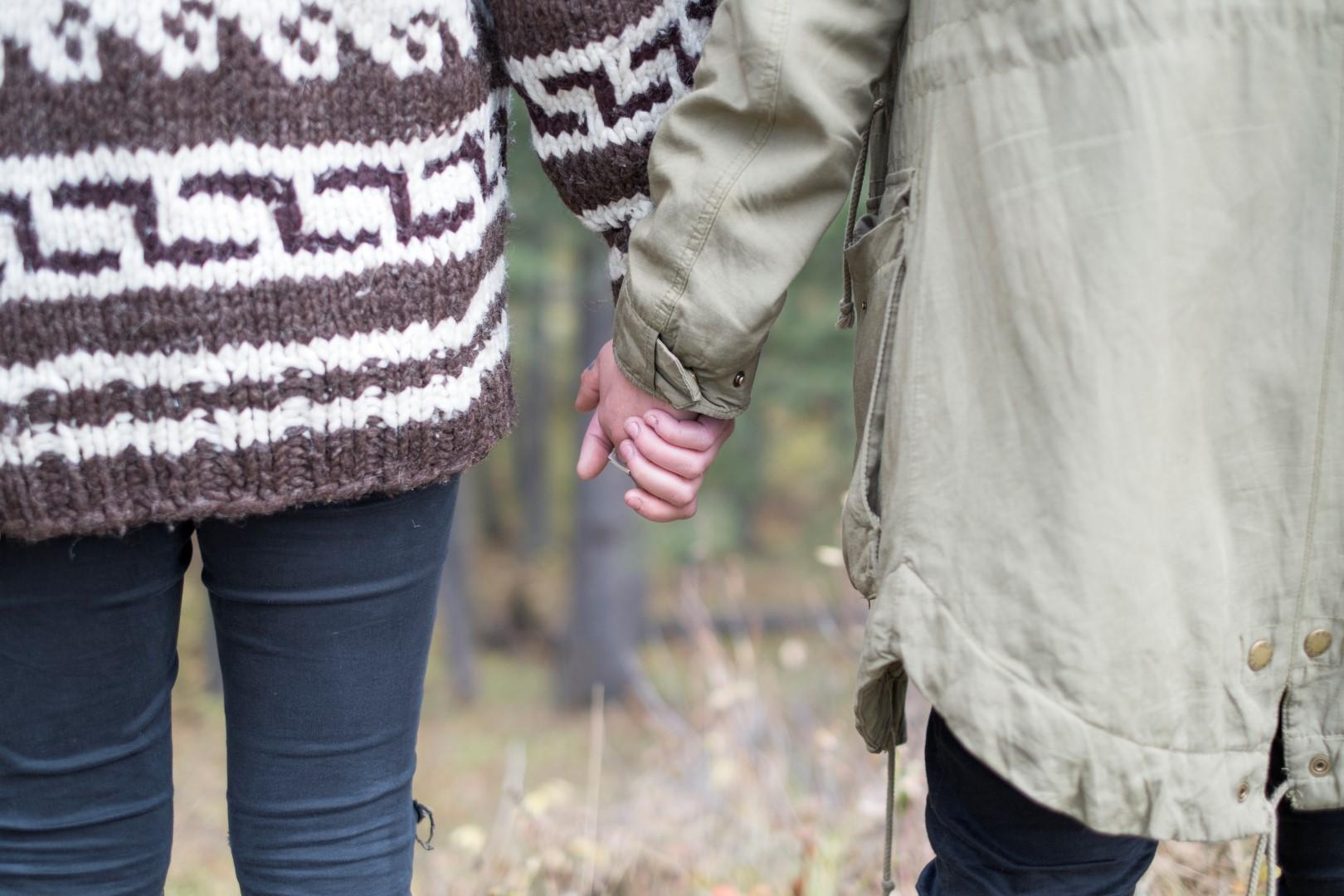 un couple se tient par la main